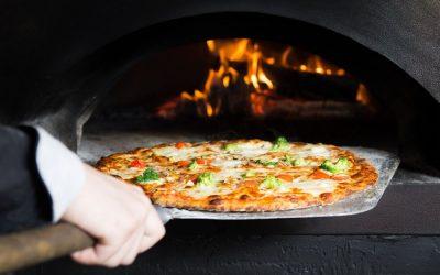 Pizza cotta su forno a legna